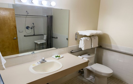 Sisters Inn & Suites - Bathroom